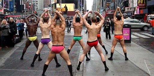 Polonazí tanečníci nečekaně zatančili uprostřed ulice
