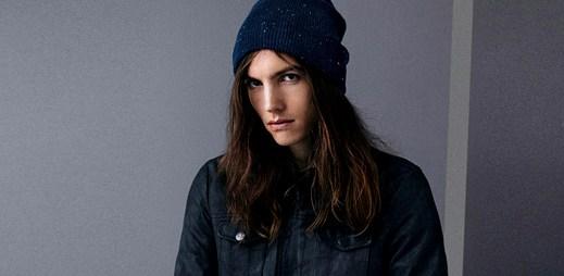 Dlouhovlasý model zazářil v nové módní kolekci Pull & Bear
