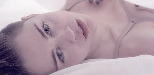 Provokatérka Miley Cyrus si sahá pod kalhotky v klipu Adore You