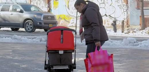 Dětský kočárek sám jezdil ulicemi: Když kolemjdoucí zjistili, co v něm je, přišlo zděšení