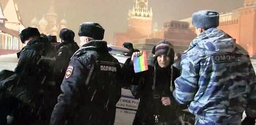 Video ze zatýkání: Na Rudém náměstí v Rusku byli zadrženi LGBT aktivisté s duhovými vlajkami