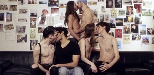 Annie natočila protestsong Russian Kiss. Kritizuje v něm Putinovy anti-gay zákony