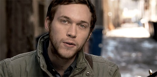 Phillip Phillips se zamaloval do obřího srdce v klipu Raging Fire