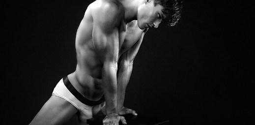 Škoda, že není gay: Oliver Cheshire provokativně vypíná svaly do objektivu fotoaparátu