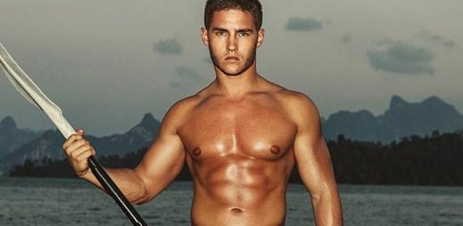 Sexy model Anatoly Goncharov se svlékl téměř do naha. Je k nakousnutí!