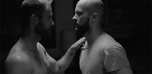 Gay tanečníci ztvárňují, jak se zpěvák John Grant stává HIV pozitivním v klipu I Try To Talk To You