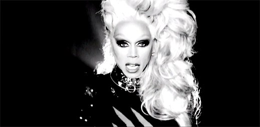 RuPaul: Drag queen neohroženě kráčí hejnem novinářů v klipu Sissy That Walk
