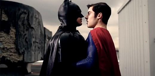 Gay video: Batman a Superman v nové ukázce prožívají velké sexuální napětí