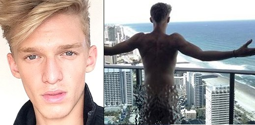 To je kousek: Cody Simpson ukázal na Facebooku svůj zadek, ale pak ho hned smazal! Foto uvnitř!