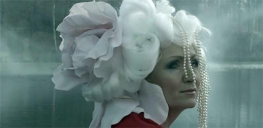 Bára Basiková: Magický klip Věštec je jako pohlazení po duši