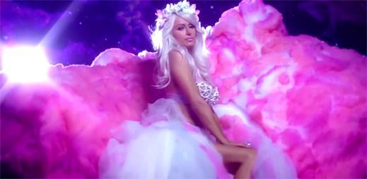 Nový videoklip Come Alive od Paris Hilton je rozhodně lepší než písnička