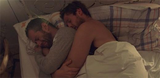 Příběh dvou gay otců, kteří se vzdají všeho kvůli své dceři
