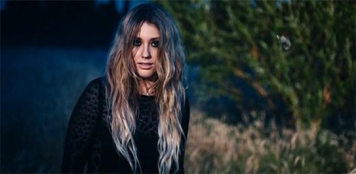 Ella Henderson: Temná atmosféra v novém klipu Glow