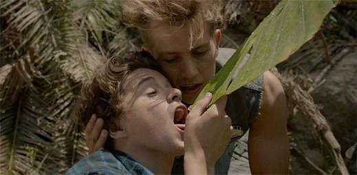 Sexy kluci The Vamps přežívají v novém klipu Oh Cecilia na opuštěném ostrově