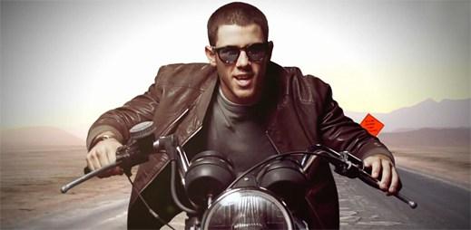 Nick Jonas se v novém klipu Jealous prohání na motorce
