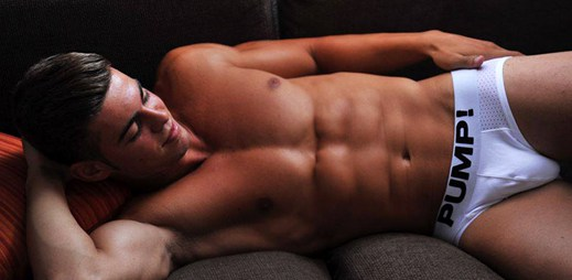Model Christian Romero ukázal své sexy tělo