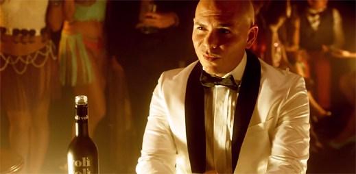 Sympatický nováček John Ryan zpívá s Pitbullem v novém klipu Fireball
