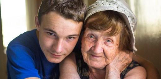 Jak reagovat na nejdrsnější otázky babiček a dědeček gayů?