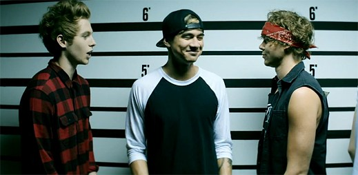 Kluci z kapely 5 Seconds Of Summer si hrají v klipu Good Girls na slušné hochy