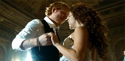 Ed Sheeran v klipu předvádí dokonalé taneční kreace