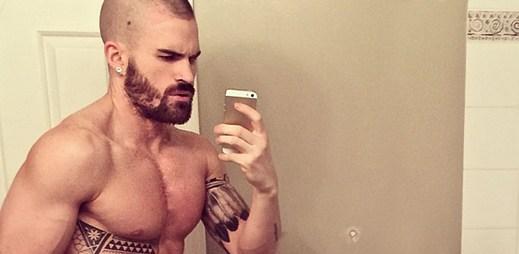 Instagram: 18 sexy fotografií gay barmana Dana Bevana