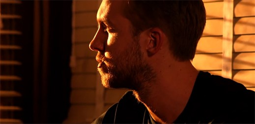 Calvin Harris v klipu Open Wide pozoruje přestřelku v poušti