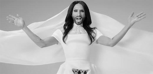 Conchita Wurst se snaží přinést pozitivní myšlení v abstraktním klipu Heroes