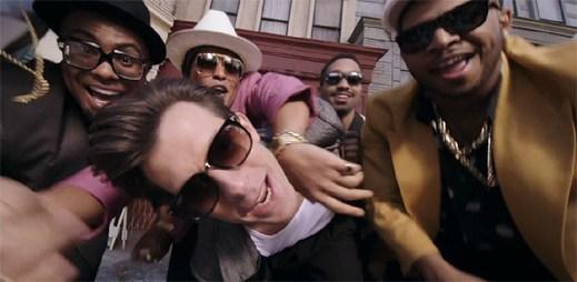 Mark Ronson a Bruno Mars řádí v návykovém funky klipu Uptown Funk