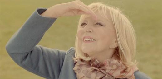 Hana Zagorová se touží oprostit od zemské přitažlivosti v klipu Bleriot