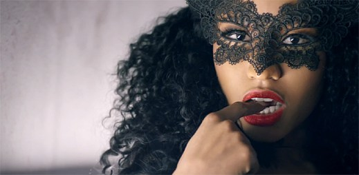 Nicki Minaj jako domina vládne žaláři plného sexu v klipu Only