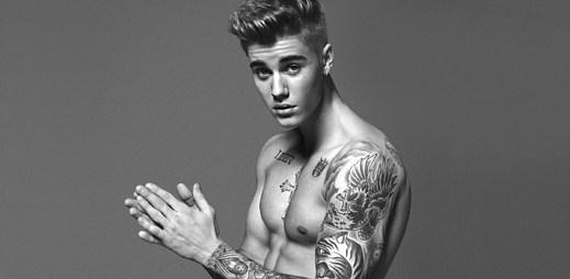 Justin Bieber ukazuje svou vypracovanou postavu v nové kampani pro značku Calvin Klein