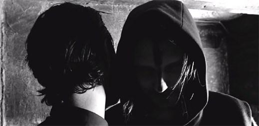 Strašidelný videoklip Skulls z temných lesů od skupiny Röyksopp