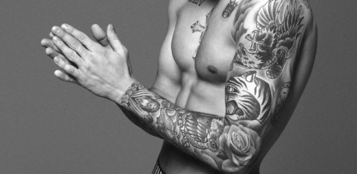 Justin Bieber se v nové kampani chlubí falešným rozkrokem? Nafoukli mu svaly i bouli v trenkách?