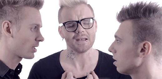 Polibek dvou gayů v klipu Everlasting love od Jaro Smejkala
