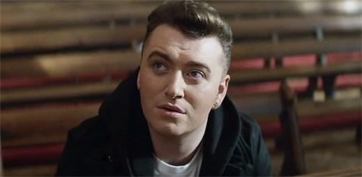 Gay zpěvák Sam Smith touží po celosvětovém uznání homosexuálního manželství v klipu Lay Me Down