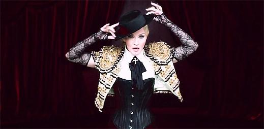 Madonna jako matadorka tančí s osvalenými sexy býky v klipu Living For Love
