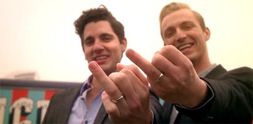Zásnuby dvou gayů v klipu Heartbeat Song od Kelly Clarkson