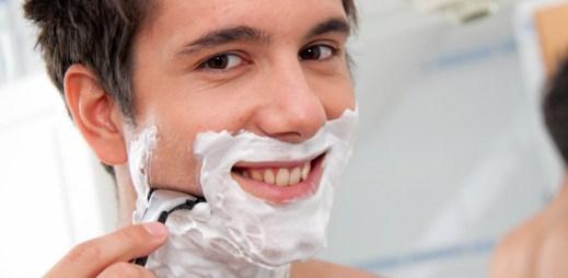 Na co muži myslí při holení?