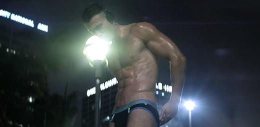 Gay porno hvězda Jarec Wentworth vystupuje v krotkém videu Andrew Christiana