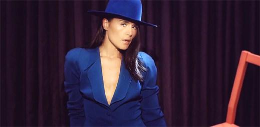 Sametová Jessie Ware ve vizuálně poutavém klipu Champagne Kisses