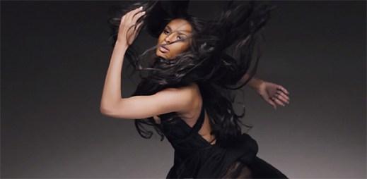 Divoká Ciara se na okamžik stává balerínou z hrací skříňky v klipu I Bet