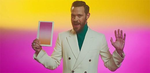 Gay zpěvák Will Young našel podstatu štěstí, kterou chce prodává v pestrobarevných obalech v klipu Love Revolution