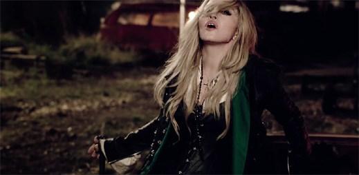 Madonna ve městě duchů přežívá díky lásce v klipu Ghosttown