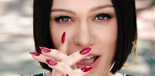 Jessie J v klipu Flashlight dává dohromady rozpadlý studentský pár