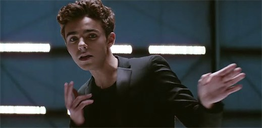 Nathan Sykes v klipu Kiss Me Quick proplouvá mezi bílým a černým pozadím