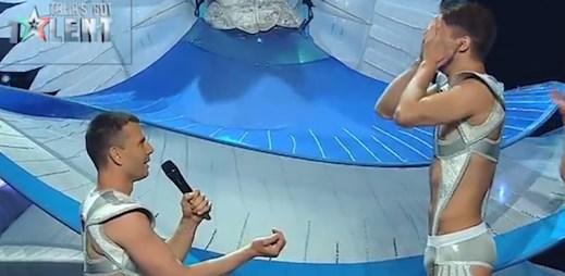 Tohle je dojemné: Gay akrobaté se zasnoubili před zraky diváků