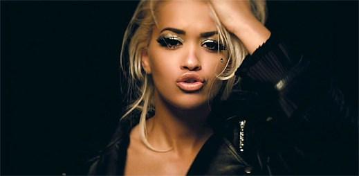Rita Ora propadá okouzlujícímu falešnému světu v klipu Poison
