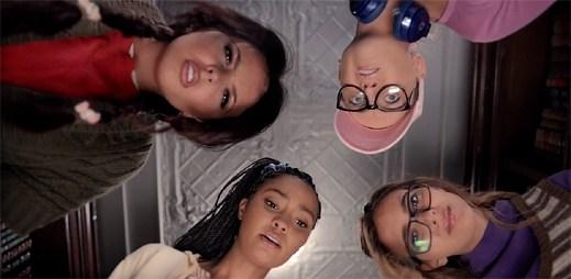 Nerdi Little Mix se přeměňují v krásné holky v klipu Black Magic