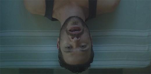 Gay zpěvák Will Young vydal emocionální klip Thank You z historických lázní