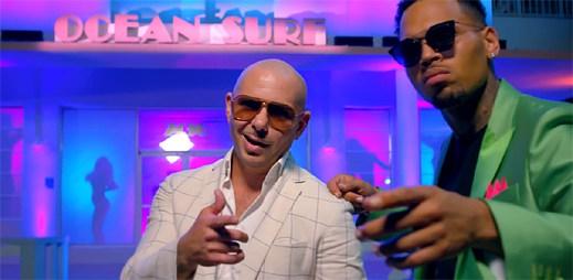 Pitbull a Chris Brown si v letním klipu Fun užívají slunné Miami
